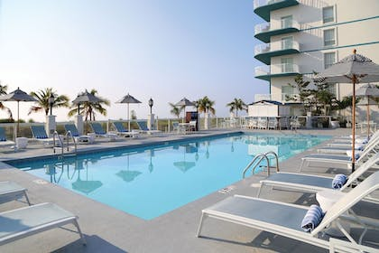 Outdoor Pool | DoubleTree by Hilton Ocean City Oceanfront