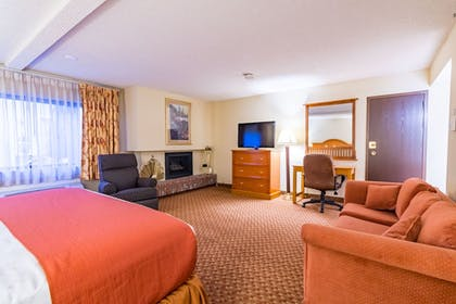 Living Area | SureStay Plus Reno Airport Plaza Hotel