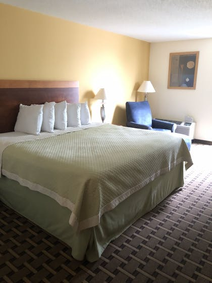 Guestroom | Days Inn by Wyndham Fayetteville-South/I-95 Exit 49