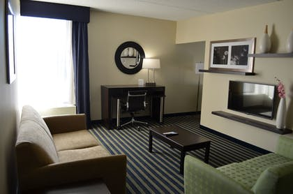 Living Room | Holiday Inn Express Worcester Downtown