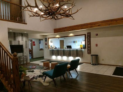 Lobby Sitting Area | Stay Wise Inns Montrose