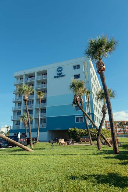 BBQ/Picnic Area   Best Western Cocoa Beach Hotel & Suites