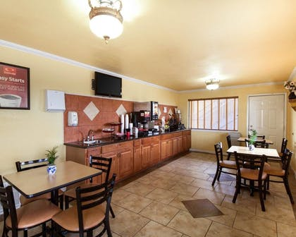 Breakfast Area | Econo Lodge Inn & Suites Downtown Northeast