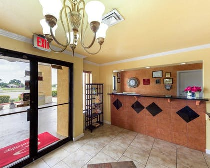 Lobby | Econo Lodge Inn & Suites Downtown Northeast