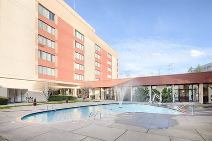Outdoor Pool | Red Lion Hotel & Conference Center - Seattle/Renton