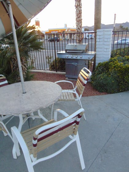 BBQ/Picnic Area | Best Western Plus King's Inn & Suites