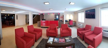 Lobby Sitting Area | Red River Inn & Suites Fargo