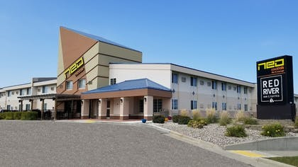 Hotel Front | Red River Inn & Suites Fargo