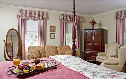 Living Area | The Waterfront Historic Kent Manor Inn
