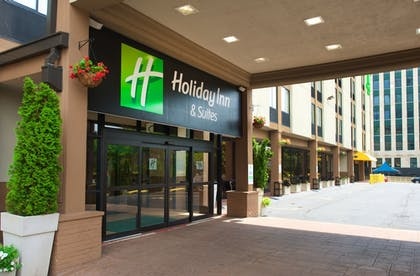 Hotel Entrance | Holiday Inn & Suites Chicago - Downtown