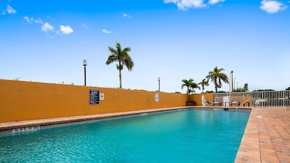 Outdoor Pool | Best Western Of Clewiston