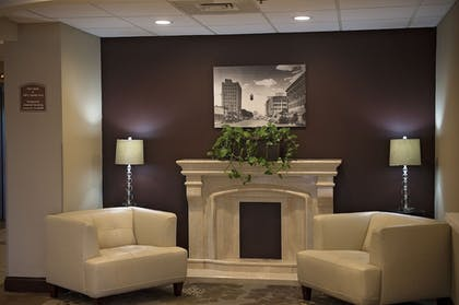 Lobby Sitting Area | Red Lion Hotel San Angelo