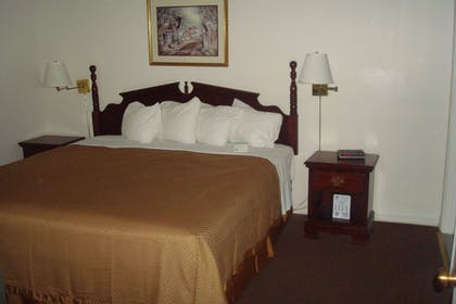 Guestroom | Days Inn and Suites by Wyndham Sikeston