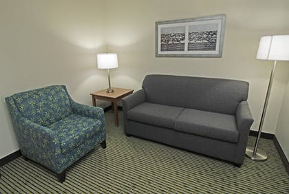 Living Area | Quality Suites Lake Wright - Norfolk Airport