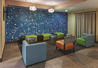 Lobby | La Quinta Inn & Suites by Wyndham Midwest City - Tinker AFB