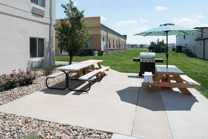 BBQ/Picnic Area | Holiday Inn Express Hotel & Suites Burlington