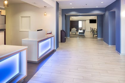 Lobby | Holiday Inn Express Hotel & Suites Burlington