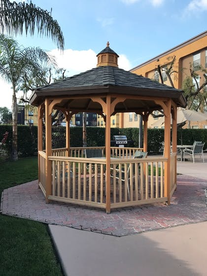 BBQ/Picnic Area | Best Western Plus Fresno Airport Hotel