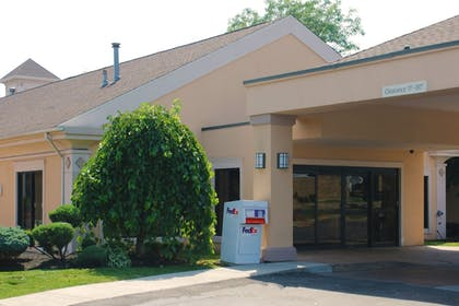 Hotel Entrance | Best Western Plus Galleria Inn & Suites