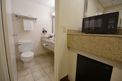Bathroom | Best Western Executive Hotel Of New Haven-west Haven