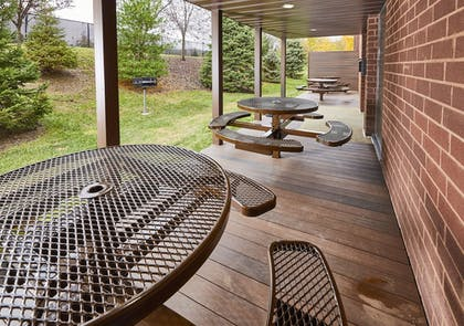 BBQ/Picnic Area | LivINN Hotel Cincinnati / Sharonville Convention Center