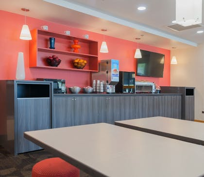 Restaurant | LivINN Hotel Cincinnati / Sharonville Convention Center