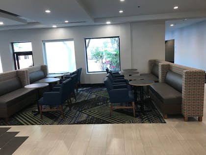 Lobby Lounge | Holiday Inn Express Naperville