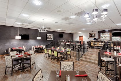 Restaurant | Crowne Plaza Milwaukee Airport