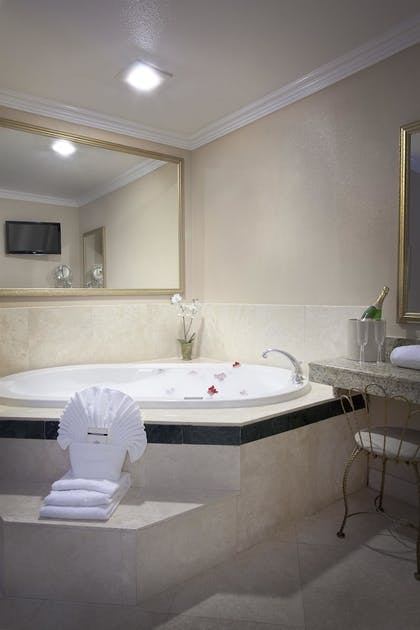 Deep Soaking Bathtub | Best Western Plus Marina Shores Hotel