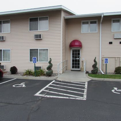 Hotel Entrance | Magnuson Grand Pioneer Inn and Suites
