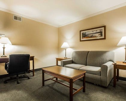 Guestroom | Clarion Inn & Suites at the Outlets of Lake George