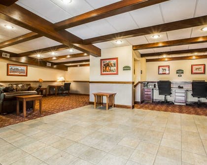 Lobby | Clarion Inn & Suites at the Outlets of Lake George