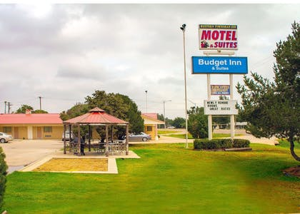 BBQ/Picnic Area | Budget Inn and Suites