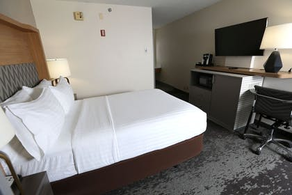 Guestroom | Holiday Inn Chicago North Shore