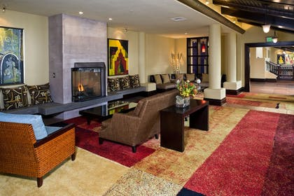 Lobby Sitting Area | Chaminade Resort & Spa