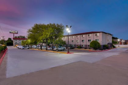 Property Grounds | Orangewood Inn & Suites Midtown