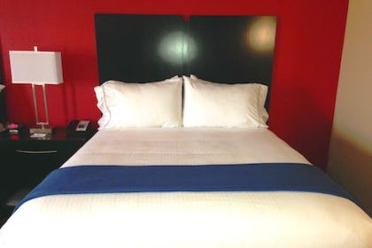 Guestroom | Holiday Inn Express & Suites Jackson Downtown - Coliseum