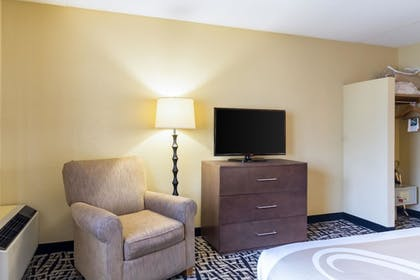Guestroom | Quality Inn & Suites Mayo Clinic Area