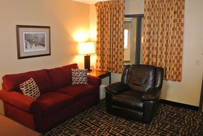Living Area | Quality Inn & Suites Mayo Clinic Area