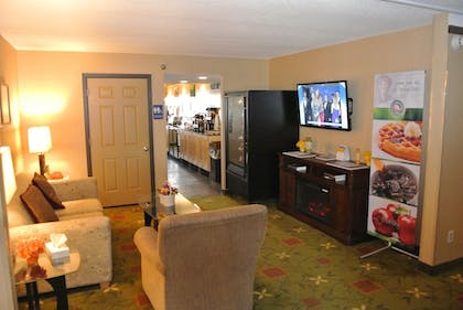Lobby Lounge | Quality Inn & Suites Mayo Clinic Area