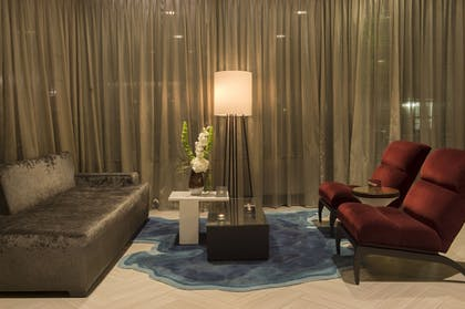 Lobby Sitting Area | The Madison Concourse Hotel and Governor's Club