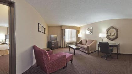 Living Room | Holiday Inn Express Hotel & Suites Ashtabula-Geneva