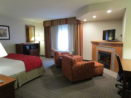 Living Area | Ramada by Wyndham Platte City KCI Airport