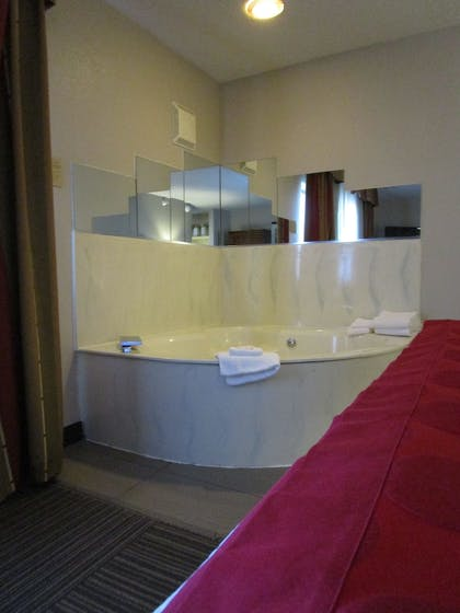 Jetted Tub | Ramada by Wyndham Platte City KCI Airport
