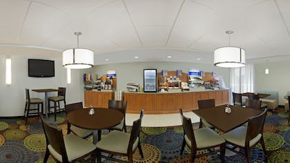 Breakfast Area | Holiday Inn Express Romulus / Detroit Airport