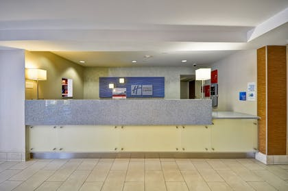 Lobby | Holiday Inn Express Romulus / Detroit Airport