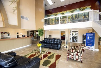 Lobby Sitting Area | Quality Inn & Suites Conference Center