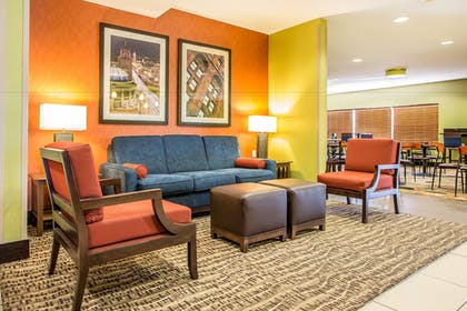 Lobby Sitting Area | Comfort Inn & Suites Kansas City - Northeast