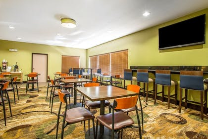 Breakfast Area | Comfort Inn & Suites Kansas City - Northeast