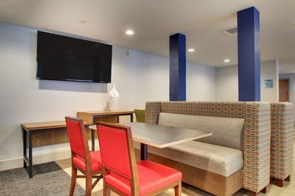 Lobby | Holiday Inn Express & Suites Lincoln East - White Mountains